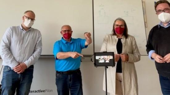 Jens Szabo erklärt uns den Hybridunterricht an seiner Schule.