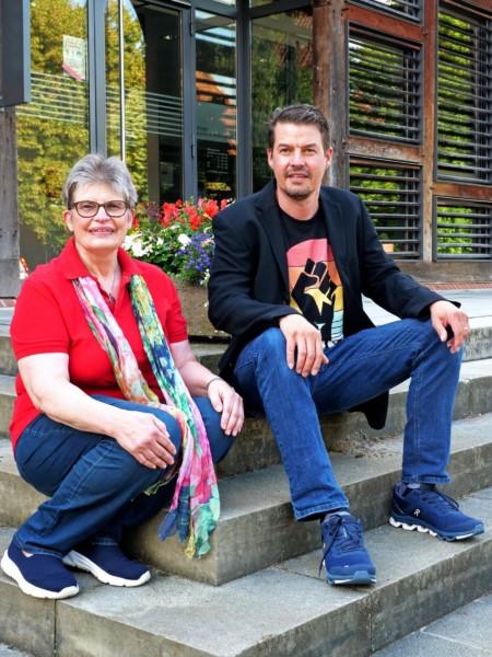 Fotounterschrift: Jansen und Albes für eine bürgernahe Politik vor  dem Bürgerhaus in Bissendorf