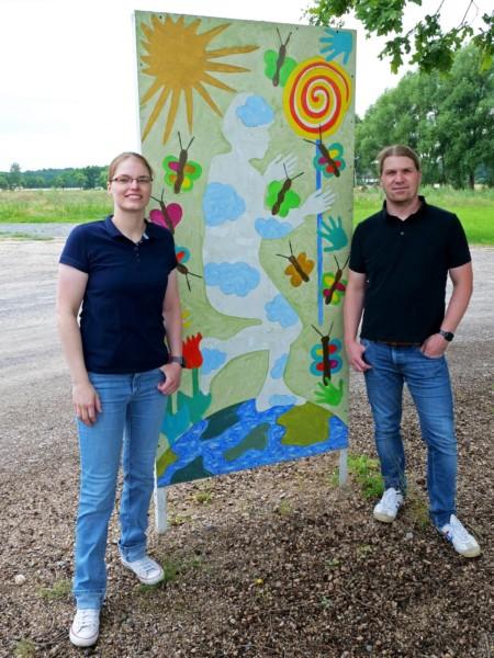 Jana Schulz und Timo Cramm am Kunstwerk an der Straße für Kinderrechte in Scherenbostel